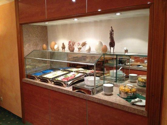 Hotel Boulevard : Buffet mit Aufschnitt, Obstsalat,…