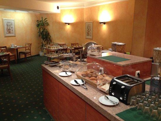 Hotel Boulevard : Buffet mit Cerealien, Brot, Ei,…
