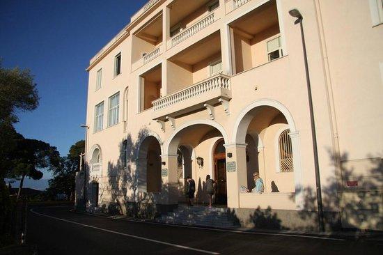 Hotel Residence Miramare: Hotellets framsida, som vätter mot väst, vår balkong precis ovanför entrén