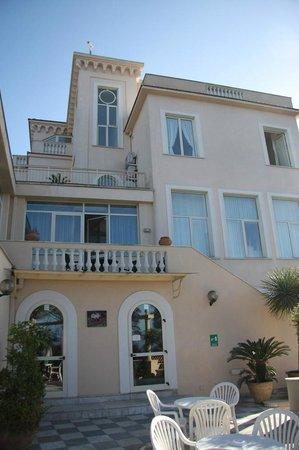Hotel Miramare: Hotellets norra sida från terassen
