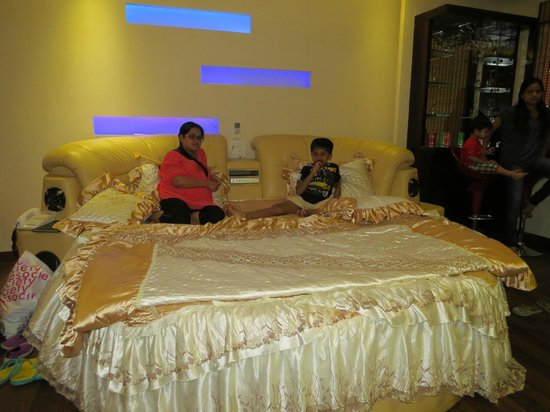 Hotel Intercity : Sunita and Chirag relaxing on bed !!!