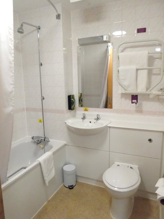 Premier Inn London Gatwick Airport (A23 Airport Way) Hotel : Good sized bathroom
