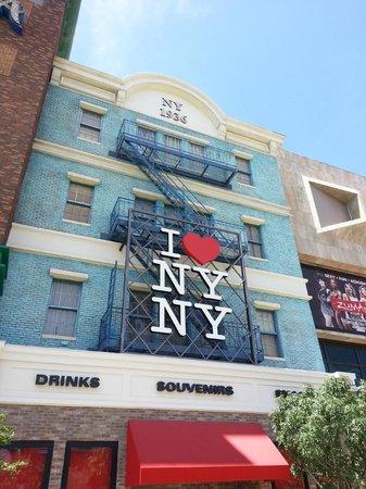 New York - New York Hotel and Casino: Devant l'hôtel