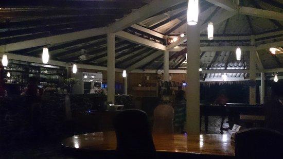 Ao Kao White Sand Beach Resort : ресторан на территории отеля