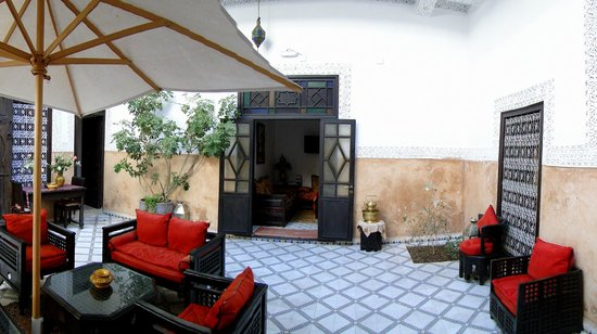 Riad Al Jana: espace détente cours intérieure