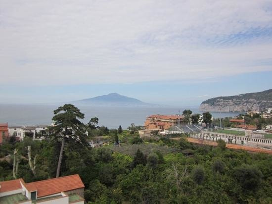 Grand Hotel De La Ville Sorrento: View overlooking the lemon orchards and the bay of naples.
