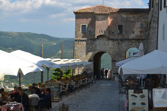 Ancient City Walls: stadspoort met gezellige terrasjes