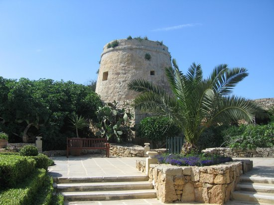 Hotel Ta' Cenc : FRONT OF HOTEL GARDEN AREA