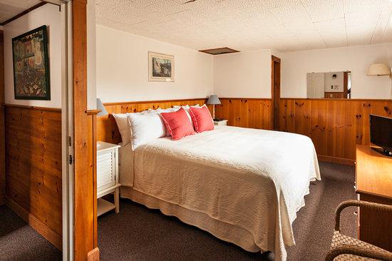 Cove Bluffs Inn: King Guest Room