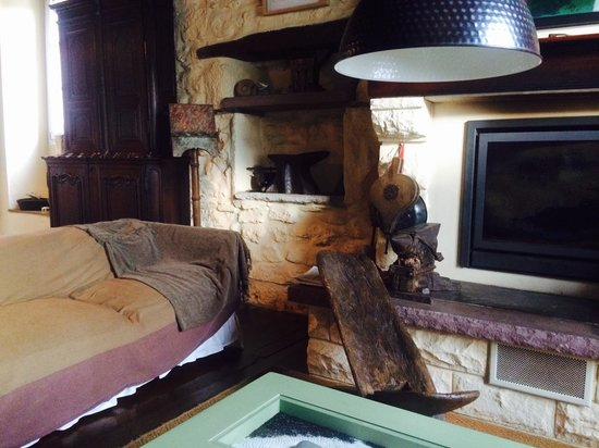 Maison Donamaria : Lounge with fireplace and two very comfy couches