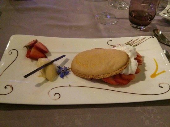 Les Flots Bleus : Macaron ovale, crème citron, fraises fraîche, sorbet yuzu