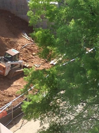 Washington Marriott Wardman Park : Construction blocking the rock causing a back up getting into the hotel.