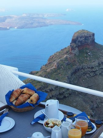 Iliovasilema Suites: Breakfast on balcony
