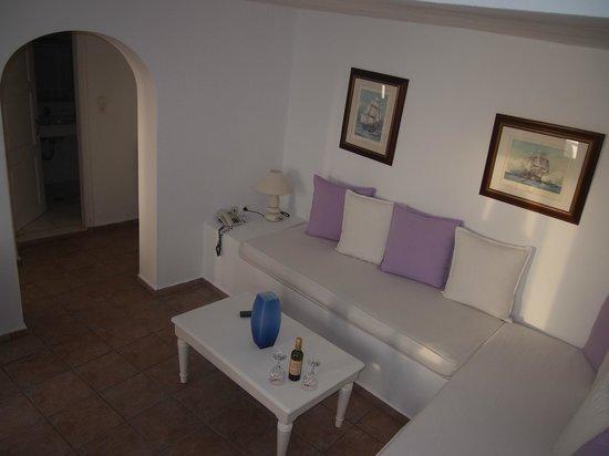 Iliovasilema Suites: Living area