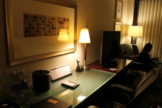 Hyatt Regency San Francisco Airport - Burlingame: Desk and TV