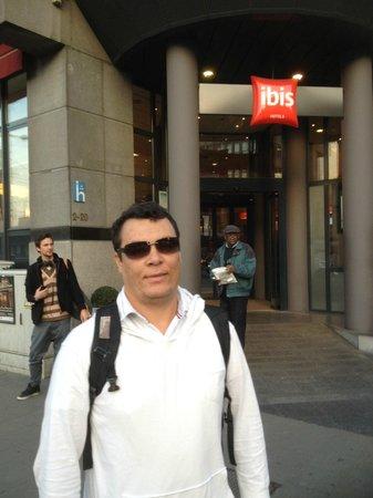 Ibis Brussels Centre Gare Midi: Entrada do hotel