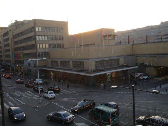Ibis Brussels Centre Gare Midi: vista do apartamento 212 para a Estação Gare du Midi de dia