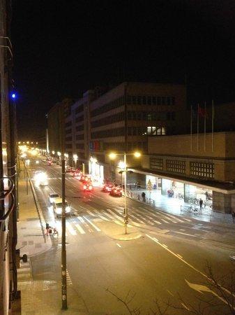 Ibis Brussels Centre Gare Midi: vista do apartamento 212 para a Estação Gare du Midi de noite