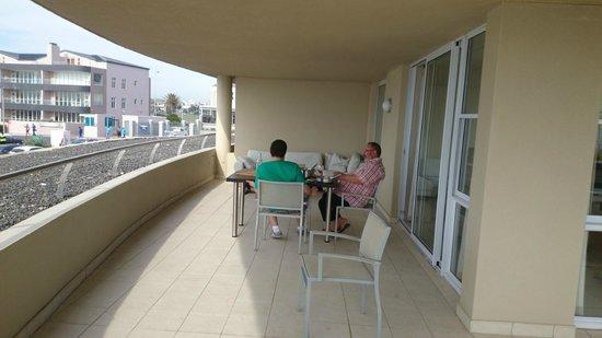 Lagoon Beach Hotel & Spa: La grande terrase