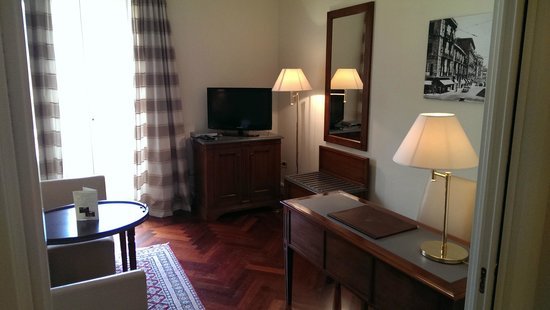 Grand Hotel Piazza Borsa: TV and Desk