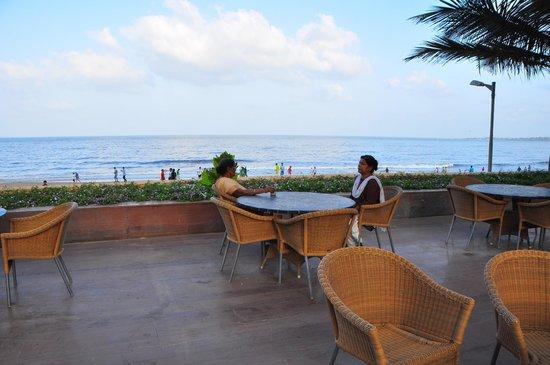 Novotel Mumbai Juhu Beach : Beauty of sea and pool side together !!