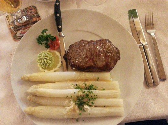 Hotel St. Anton: Filetto con asparagi