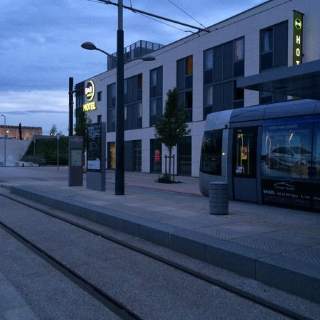 B&B Hôtel Reims Bezannes : Hotel B&B with view of TGV train station and a tram stop
