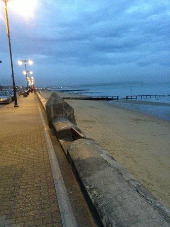Shoreside Inn: Seafront at night