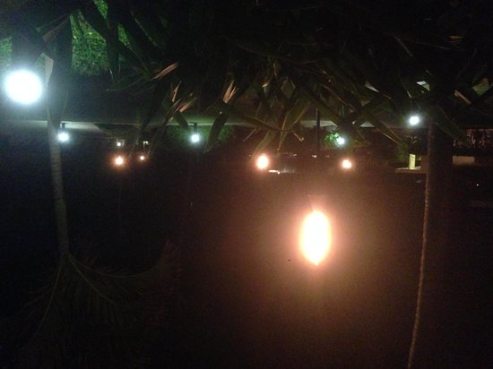 Kauai Beach Resort: Tiki torches outside our room.