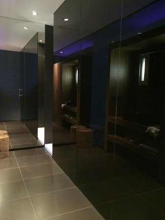 Carbon Hotel - Different Hotels : Bathroom area