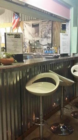 Riqueno Fonda Puertoriquena: Bar area