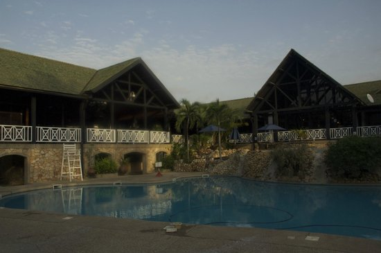Labadi Beach Hotel : Hotel grounds