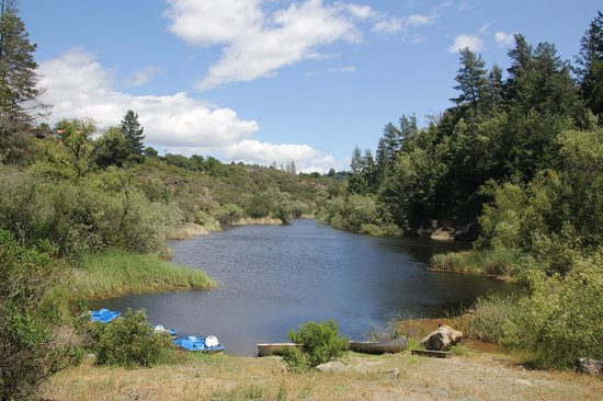 Mountain Home Ranch: This lake is great place to relax at, a short walk from main house