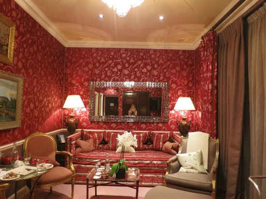 Egerton House Hotel: The Living area of the Victoria and Albert Suite