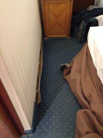 Ambasciatori Hotel: ed ecco la famosa camera strettissima arredamento vecchio costata per due notti 160 euro definit