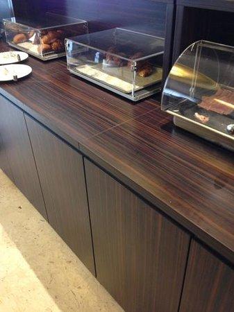 Ambasciatori Hotel: il tristissimo banco colazione con cornetti freddi e duri