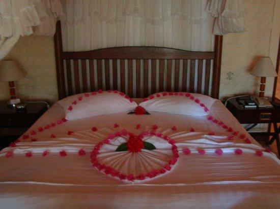 Olhuveli Beach & Spa Maldives : Красиво кровать готовят в номере