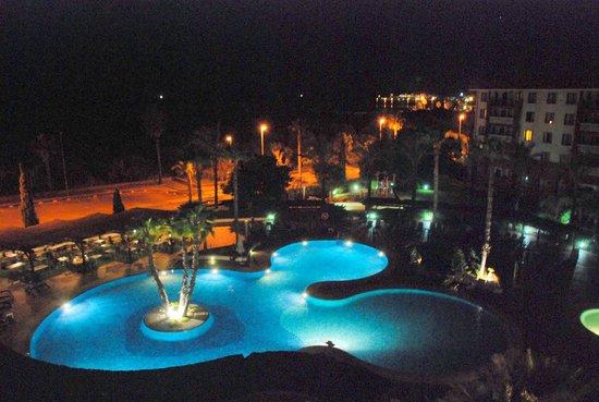 Occidental Isla Cristina: de noche jardines