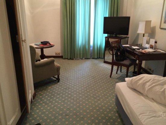 Excelsior Hotel Ernst: Einzelzimmer im nicht renovierten Teil des Hauses