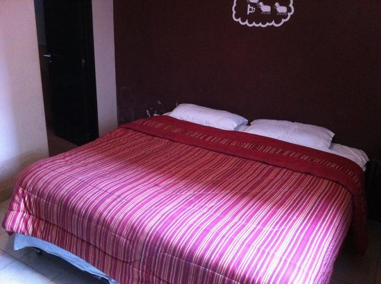 Backpacker's Suites: Cama king en habitacion 01