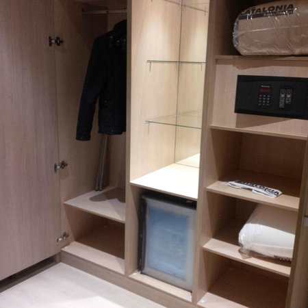 Catalonia Atenas Hotel : clothes storage, minibar, safe