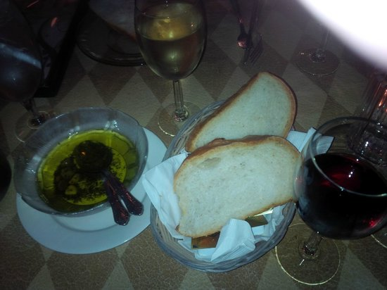 Luigi's Ristorante & Catering: Spicy dipping oil and bread