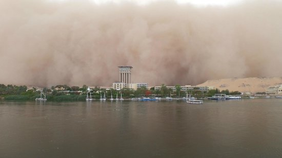 Pyramisa Isis Corniche Hotel : Sandstorm approaching the Isis Hotel