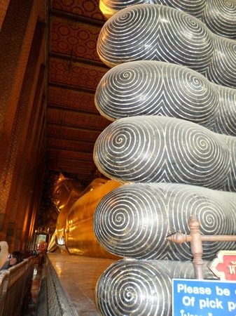 Wat Pho (Templo de Buda reclinado): Feet inlaid with designs in Mother of Pearl