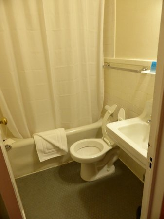 Leo House: Spotless bathroom