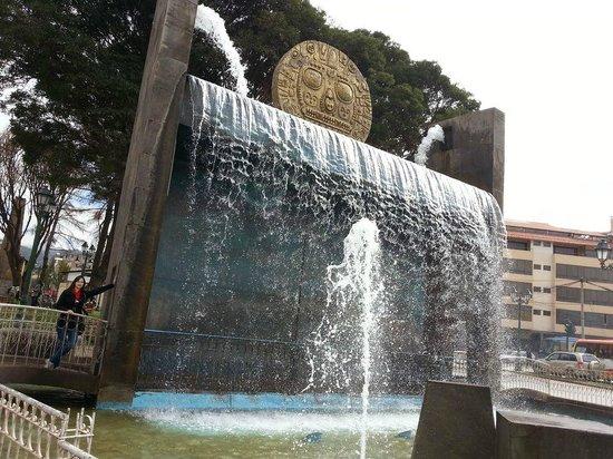 Centro Artesanal Cusco : Monumento que fica na praça de frente ao Centro de Artesanato