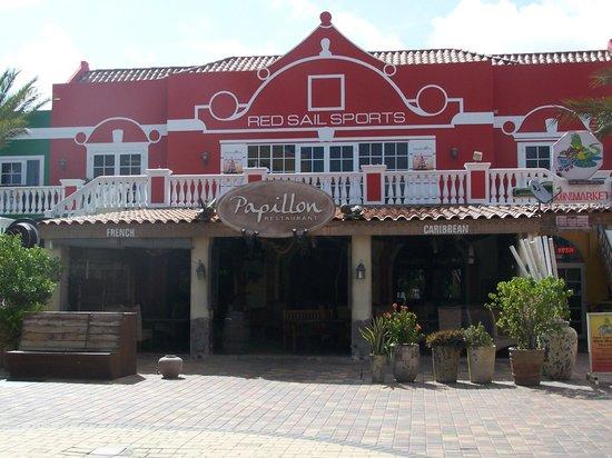 Papillon Restaurant: Excellent location!