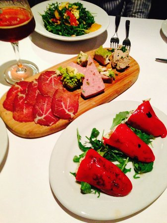 House cured Charcuterie & crab/avocado stuffed piquillo peppers - Foto ...