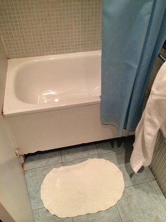 Hostal Baires: Мини-ванна в номере с ванной комнатой