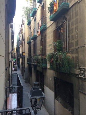 Hostal Baires: Самое прекрасное в номере 10 с душем - истинно барселонский вид с балкона